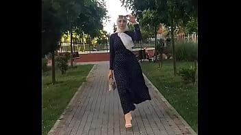 Девушка в деревне хвалиться формами