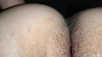 Молодая брюнетка с сверхестетственным маникюром поступила в злонамеренную кабинку отсосать фаллос из вульвы
