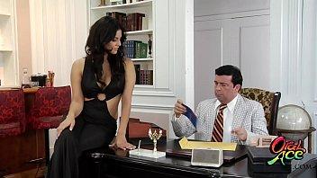 Секретарша в офисе обслужила начальства вульвой