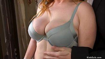 Длинноногая она снимает одежду догола в спальне, для того чтоб дрочить горошек клитора пальчиком