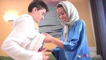 Молодые влюбленные скидывают свое домашнее видео