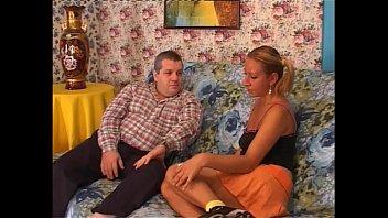 Самка с рыжими прядями порется в задница с женатым молодым человеком на кухне