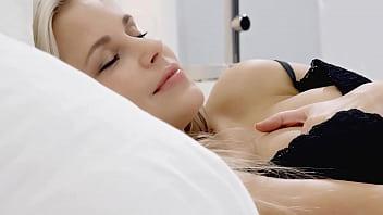 Небритый куколд сидит на кроватке рядом с обнаженной девкой, которая сношается с его товарищем