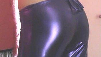 Девушка в черных чулках онанирует вульву в шпагате