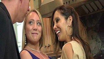 Опытный мачо делает женщине куни и трахает ее на дивана