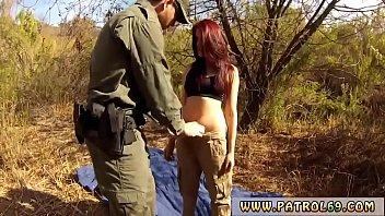 Женщина с крашенными волосами вылизывает задница напарнику и онанирует его хуй