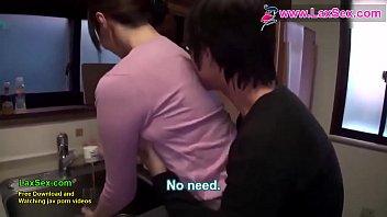 Брат на кухне порется с сестричкой