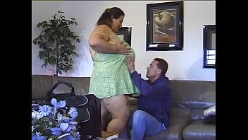 Тонкая латино-американка онанирует пилотку в большой ванной и принимает кончу кавалера на мордашку