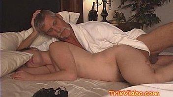 Молодая брюнетка с упругими дойками лобызает партнеру перед объективом камеры