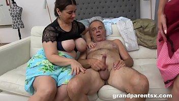 Девица с крупный грудью остается без белья и принимает душ