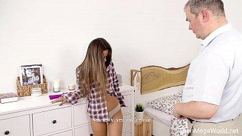 Молодая худенькая девочка чпокается с черным молодым человеком