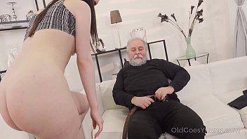 Телочка заставила русского молодого человека захлебнуться страстью во времячко анально-вагинальной трахали