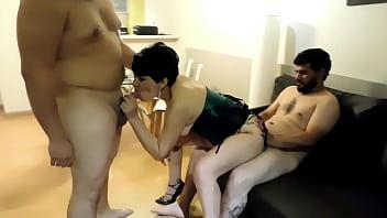 Медработница дрочит бритую пизду в кабинете гинеколога