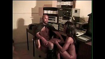 Лесбиянки играют в различных позициях
