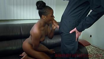 Девчонка в гостинице занимается трахом с чернокожим молодым человеком