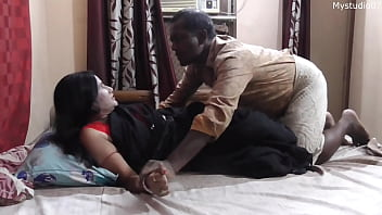 Домашний секс мужчины и фигуристой спутницы во время просмотра телевизора