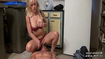 Жопастая латино-американка намыливает огромные буфера в ванной и мастурбирует соски